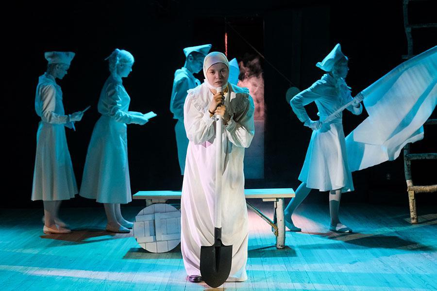 Фото «Три столетних старухи, которых играют молодые девочки»: «Первый театр» в Новосибирске закрывает сезон спектаклем-фантасмагорией «Марьино поле» 3