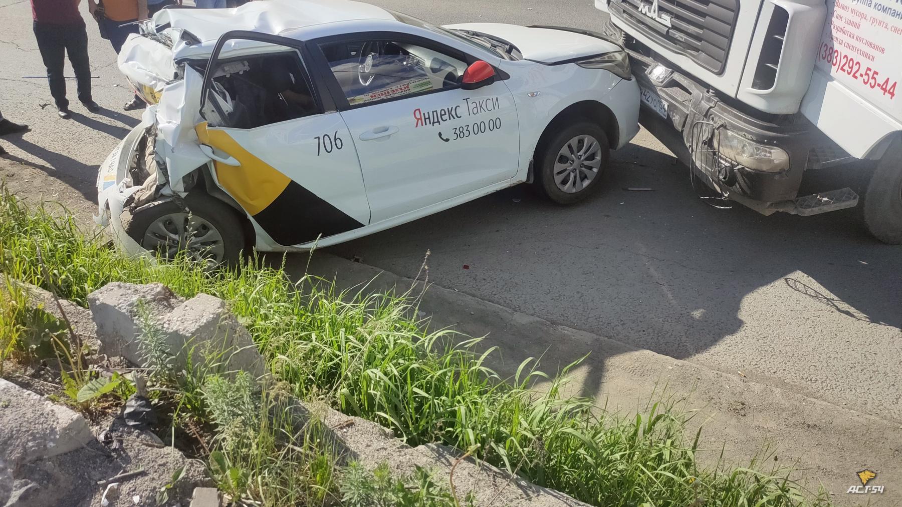 фото В Новосибирске на Гусинобродском шоссе столкнулись такси и грузовик 2