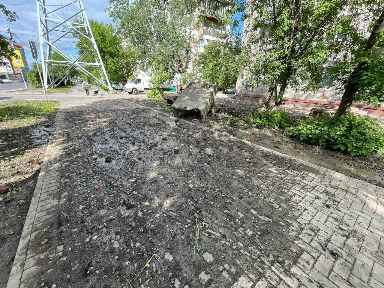 фото В Томске «взорвавшийся» асфальт разбил окна на четвёртом этаже 2