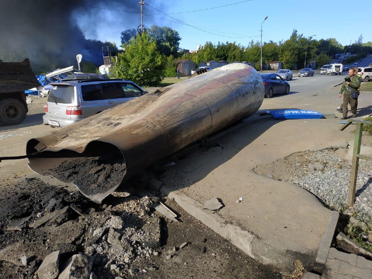 фото «Все люди, рядом проходившие, обгорели»: очевидцы рассказали подробности страшного пожара на АЗС в Новосибирске 4