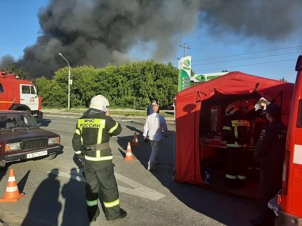 фото «Все люди, рядом проходившие, обгорели»: очевидцы рассказали подробности страшного пожара на АЗС в Новосибирске 2