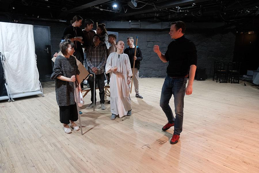 Фото «Три столетних старухи, которых играют молодые девочки»: «Первый театр» в Новосибирске закрывает сезон спектаклем-фантасмагорией «Марьино поле» 5