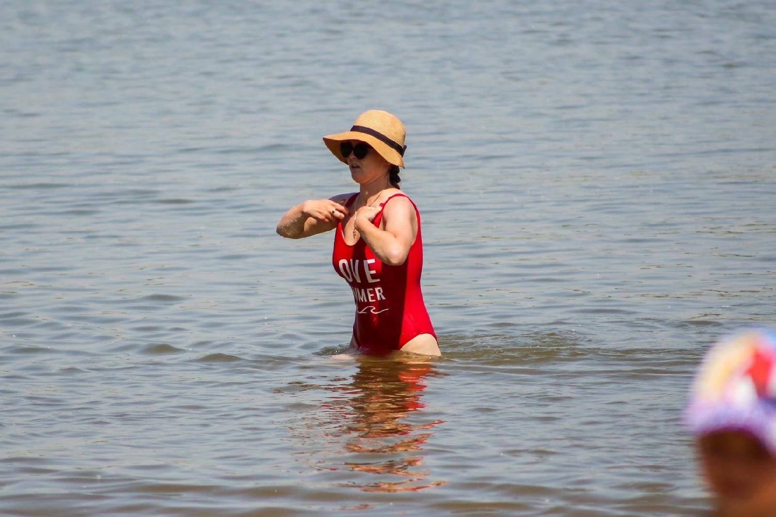 фото Бикини, селфи и горячий песок: 10 жарких фото с Бугринского пляжа в Новосибирске 7