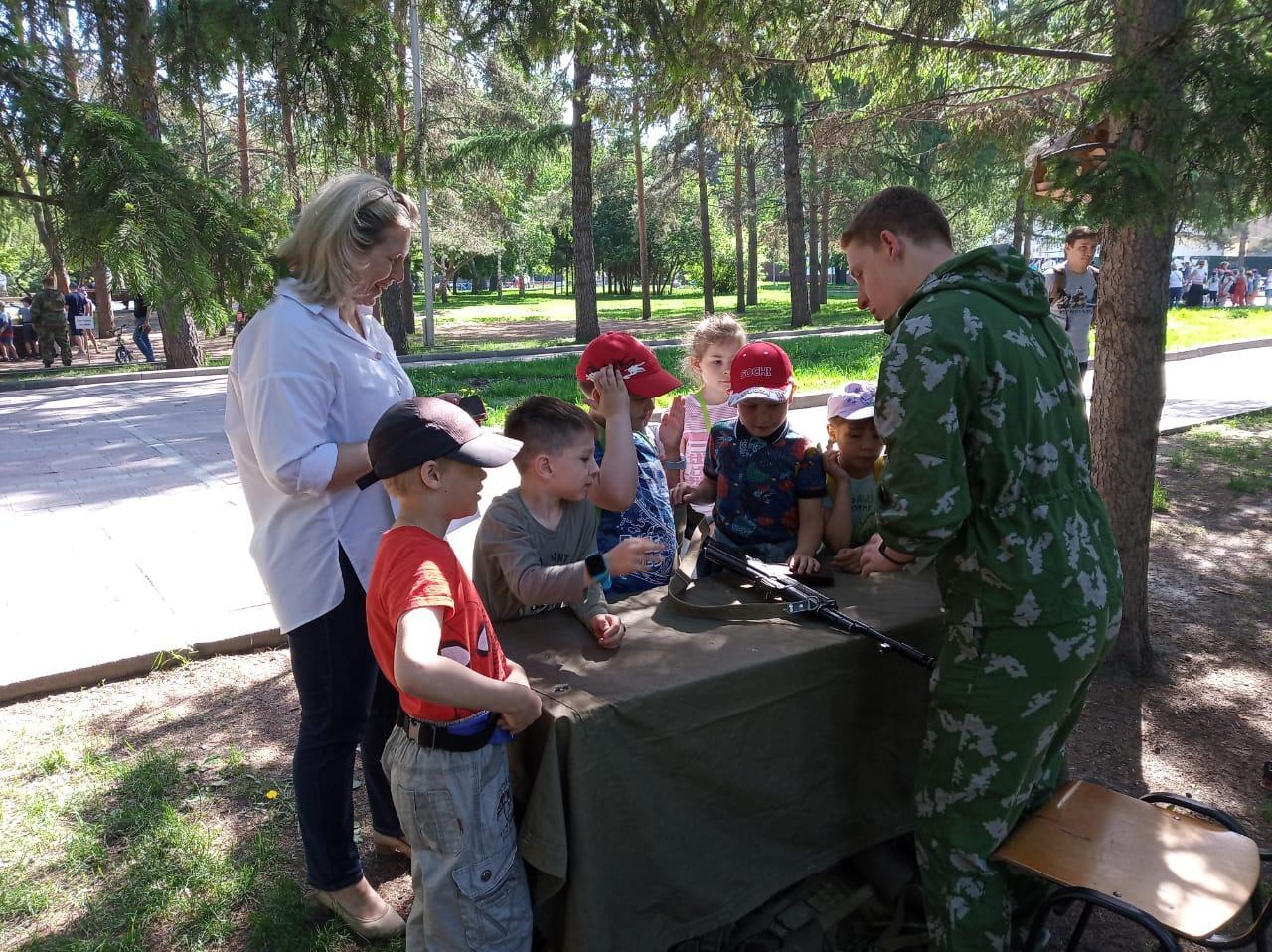 Фото Лоскутки, солёное тесто и ППШ: праздник для младших школьников состоялся в Нарымском сквере 3