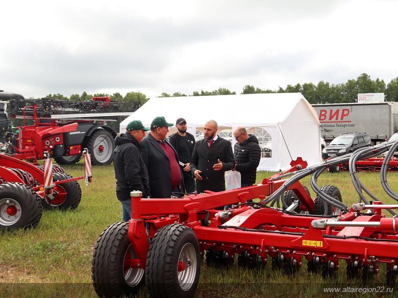 Фото На алтайском форуме показали «умный» трактор и комбайн на автопилоте 2