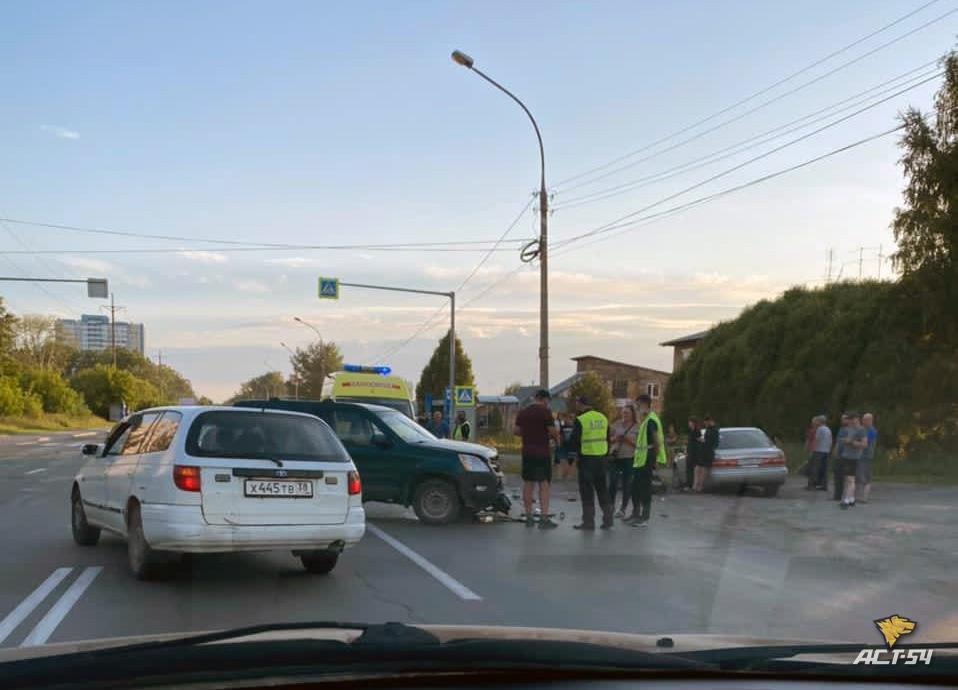фото В Новосибирске столкнулись мотоцикл и кроссовер 2