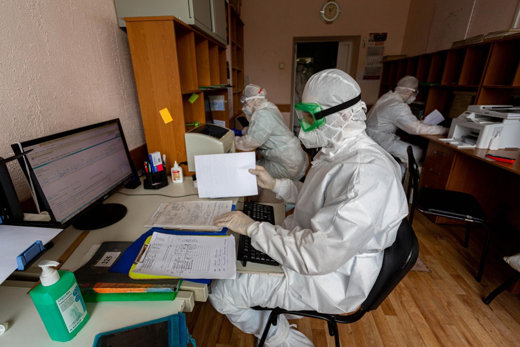 Фото «Пациенты лежат на животе по 14-16 часов в сутки»: врачи провели экскурсию по коронавирусному госпиталю Новосибирска 4