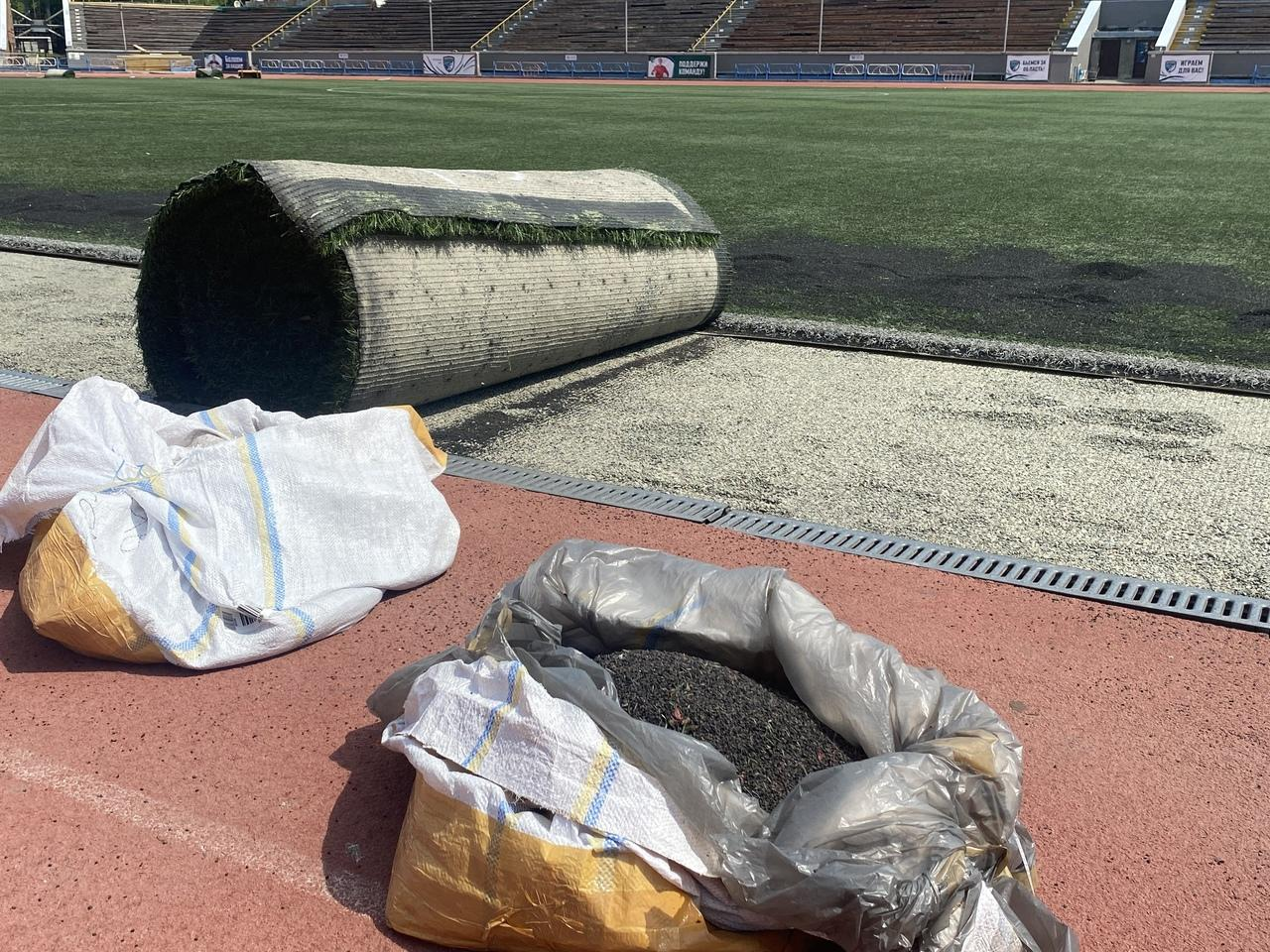Фото В Новосибирске впервые за 11 лет меняют покрытие на футбольном поле «Спартак» 3