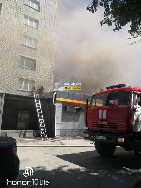 фото Покупателей вывели из супермаркета из-за пожара на крыше в Новосибирске 2