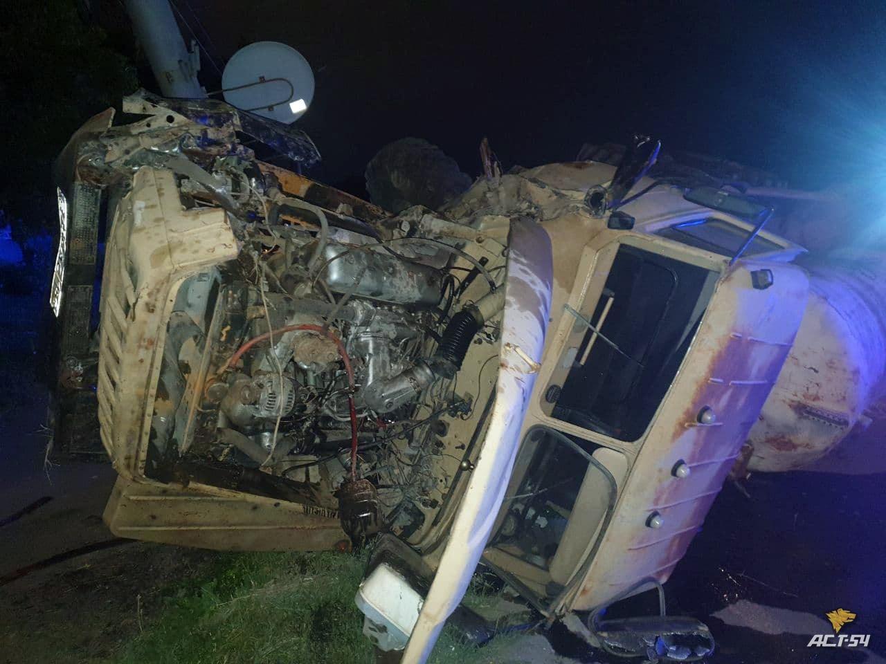 фото Ассенизаторская машина перевернулась ночью в Новосибирске 3