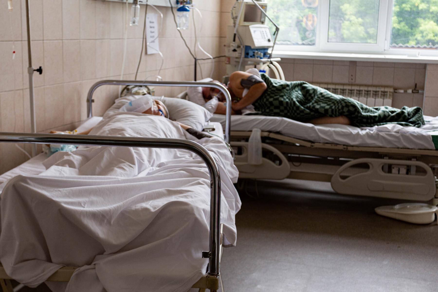 Фото «Пациенты лежат на животе по 14-16 часов в сутки»: врачи провели экскурсию по коронавирусному госпиталю Новосибирска 3