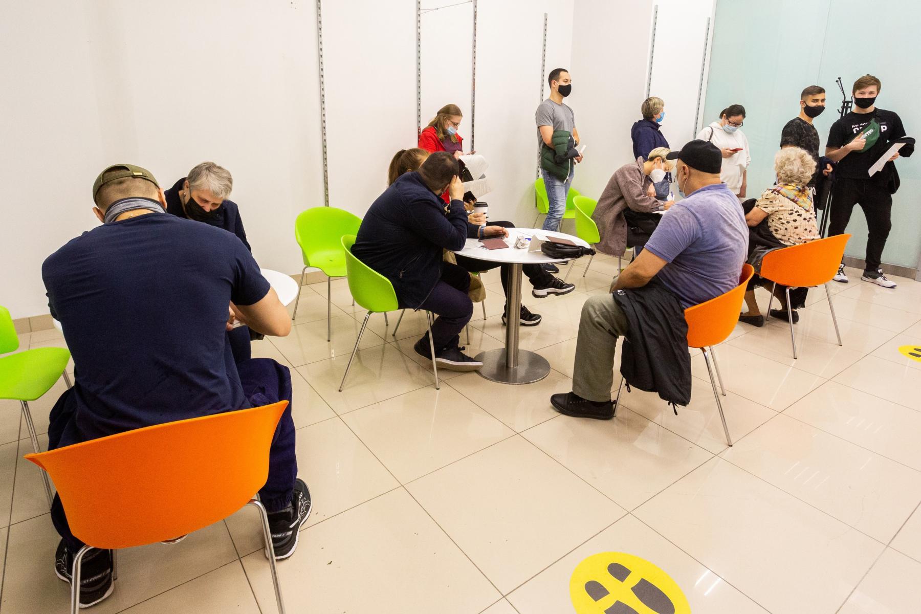 Фото В Новосибирске мобильные пункты вакцинации заполнили десятки людей: 5 мнений из очереди о том, почему нужно прививаться 4