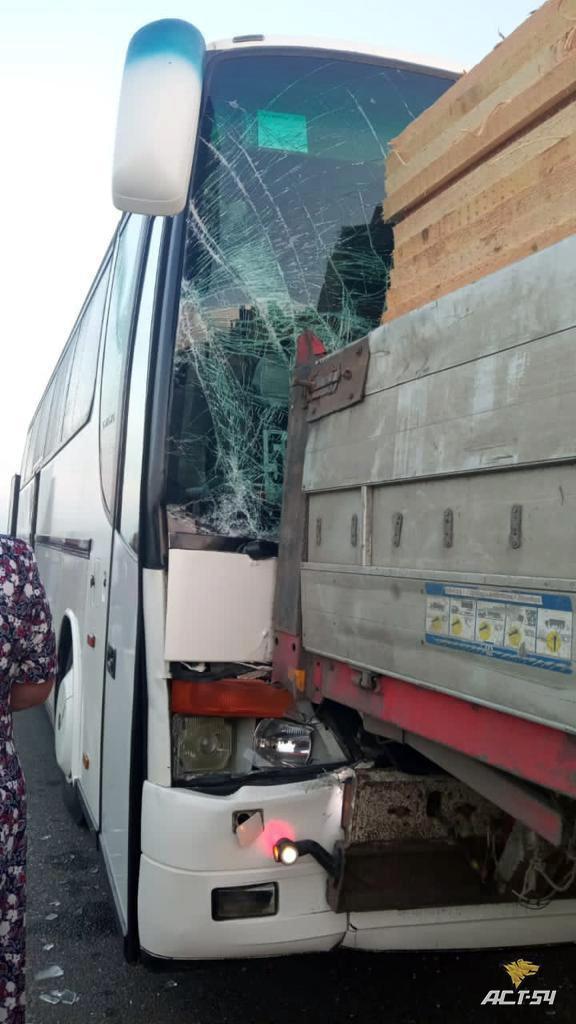 Фото Пассажирский автобус попал в ДТП с грузовиком под Новосибирском 2