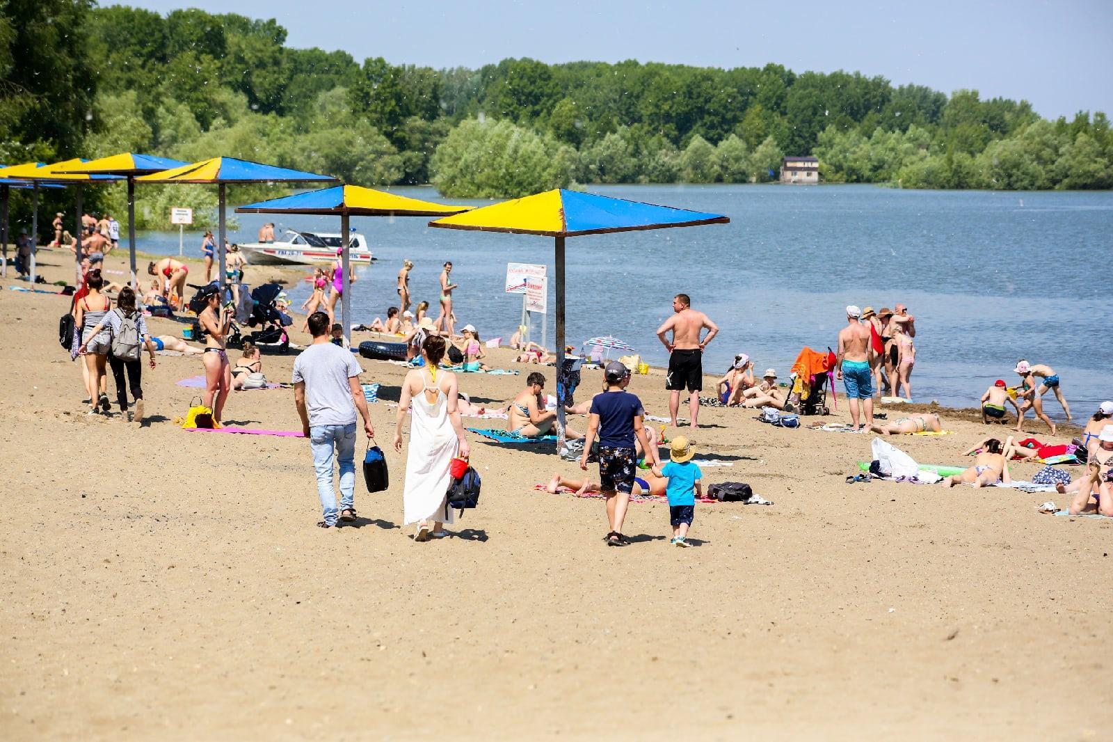 фото Бикини, селфи и горячий песок: 10 жарких фото с Бугринского пляжа в Новосибирске 3