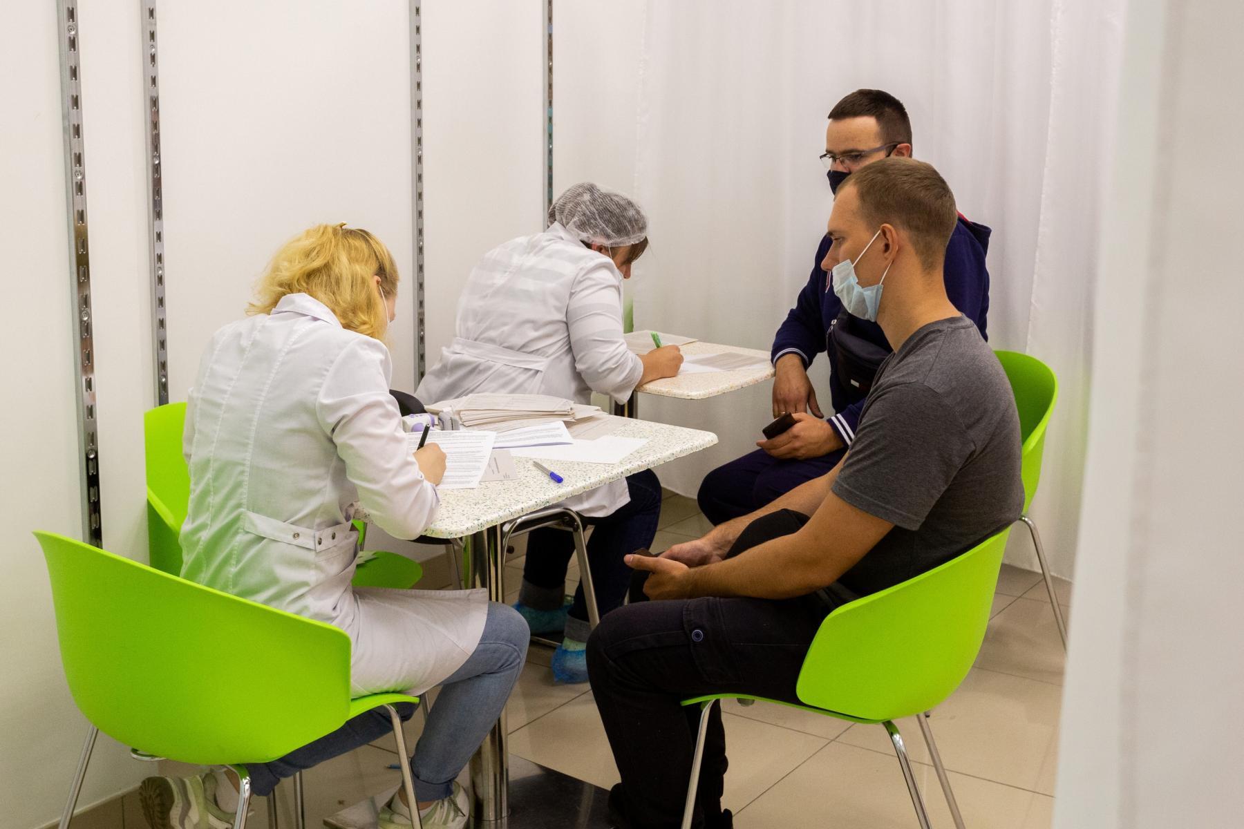 Фото В Новосибирске мобильные пункты вакцинации заполнили десятки людей: 5 мнений из очереди о том, почему нужно прививаться 5