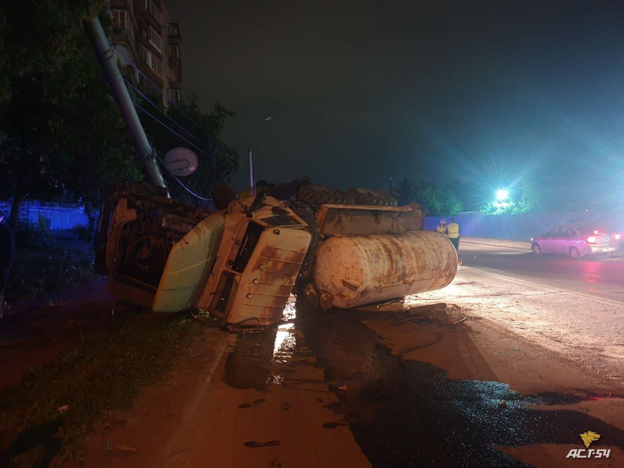 фото Ассенизаторская машина перевернулась ночью в Новосибирске 2