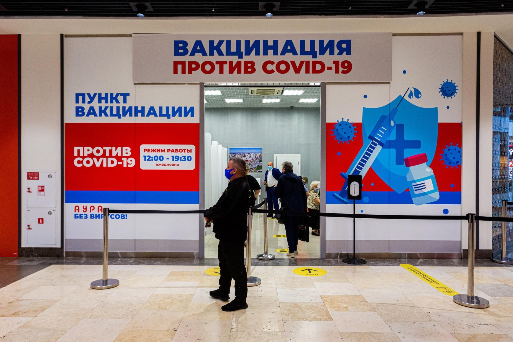 Фото В Новосибирске мобильные пункты вакцинации заполнили десятки людей: 5 мнений из очереди о том, почему нужно прививаться 2
