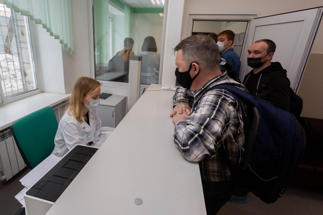 фото Обоняние не пропадает, а головная боль сильнее: вирусолог Нетёсов предположил появление индийского штамма коронавируса в Новосибирске 6
