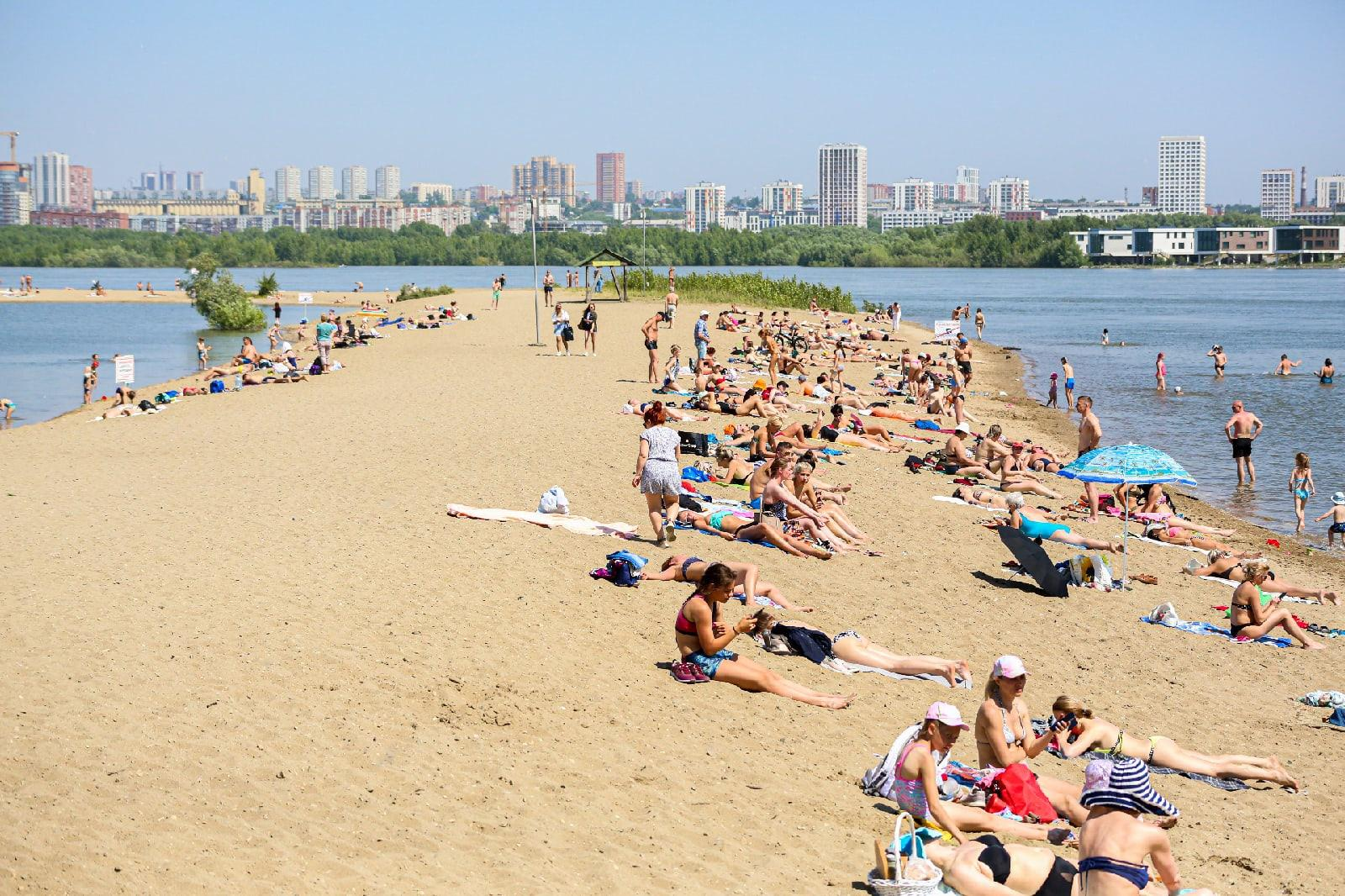 фото Бикини, селфи и горячий песок: 10 жарких фото с Бугринского пляжа в Новосибирске 4