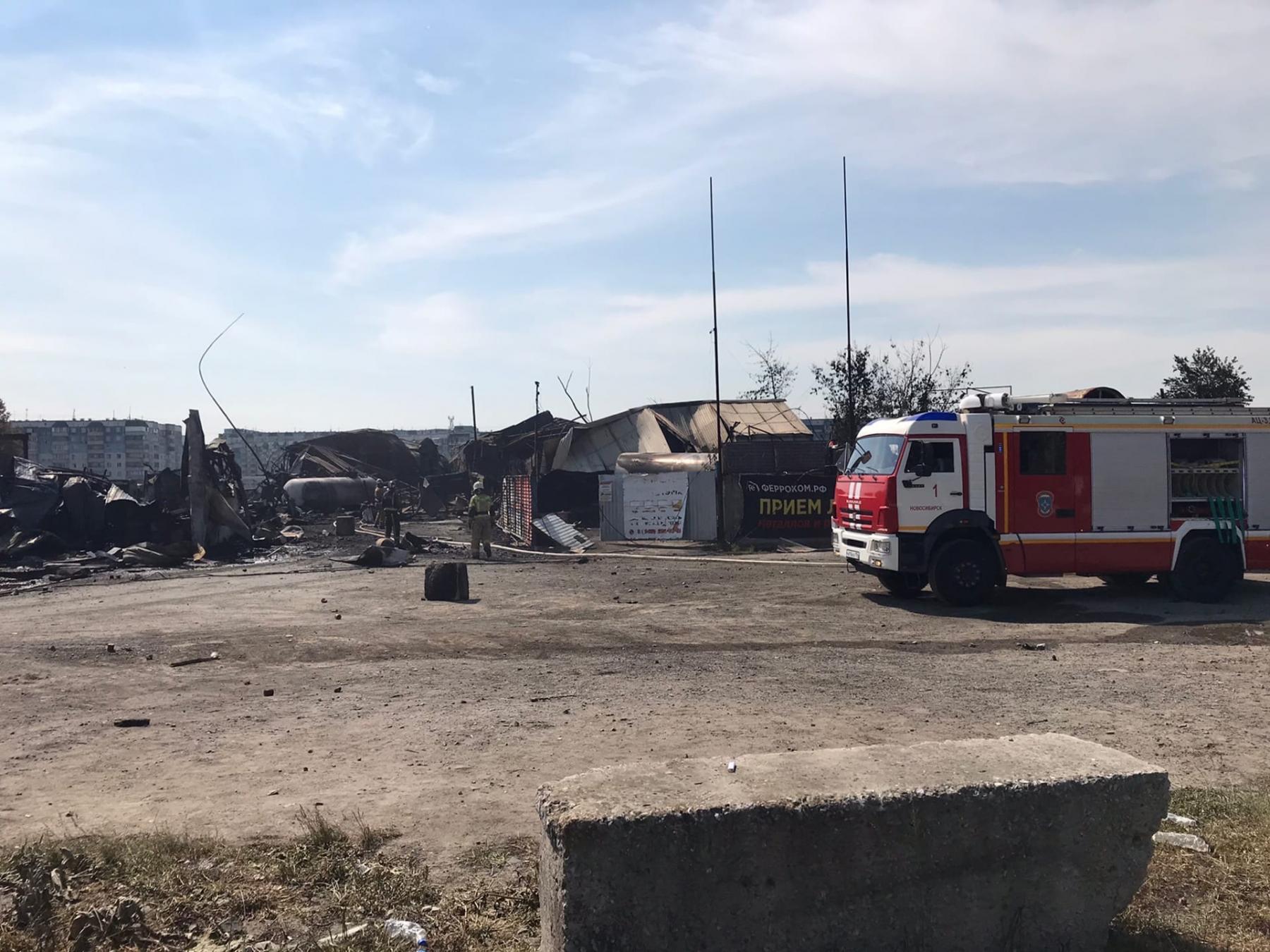 Фото Пожарные продолжают проливку АГЗС после взрыва в Новосибирске 2