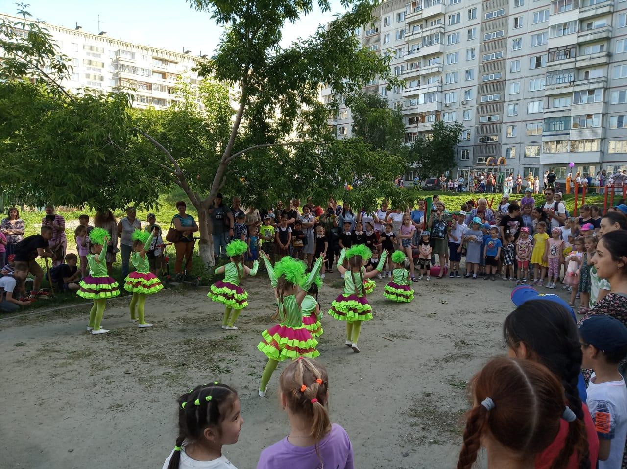 фото Городские депутаты помогли ярко встретить первый день лета детям Октябрьского района 3