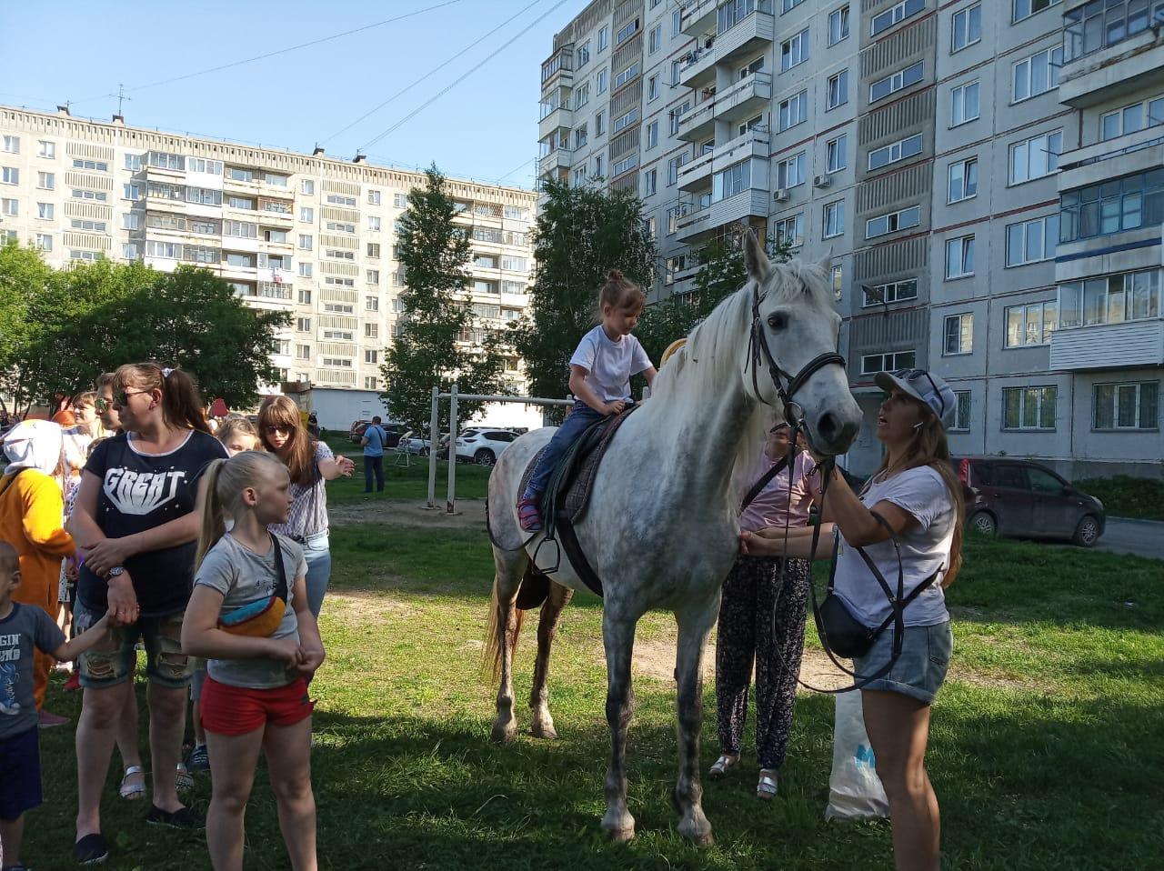 фото Городские депутаты помогли ярко встретить первый день лета детям Октябрьского района 2
