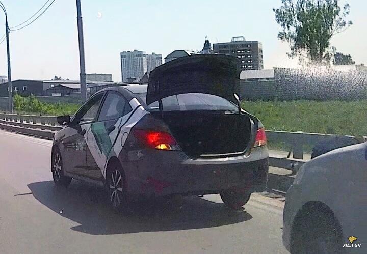 Фото Чугунные решётки ливнёвки украли с улицы Ватутина в Новосибирске 2