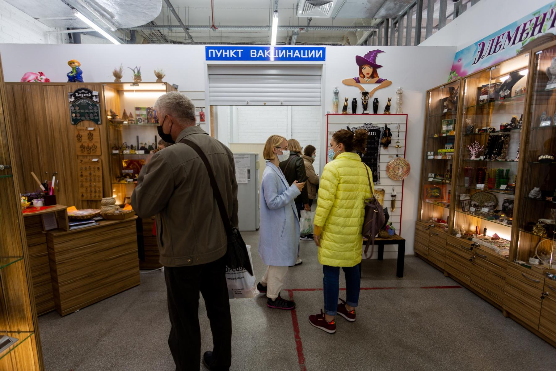 Фото В Новосибирске мобильные пункты вакцинации заполнили десятки людей: 5 мнений из очереди о том, почему нужно прививаться 6