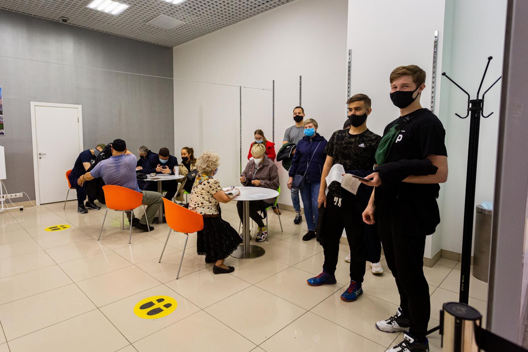 Фото В Новосибирске мобильные пункты вакцинации заполнили десятки людей: 5 мнений из очереди о том, почему нужно прививаться 3