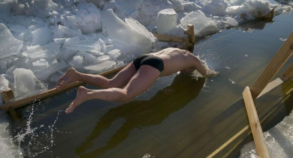 Лизать голая купается пруду пруду видео увидела