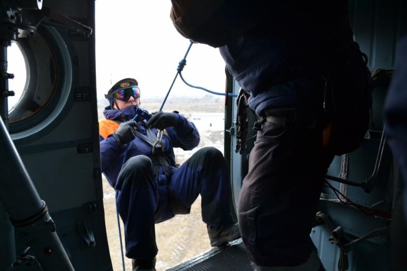Фото Спасатели отработали технику беспарашютного десантирования с вертолёта Ми-8 2