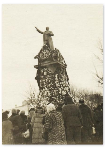 Фото Сталины бетонные и бронзовые 9