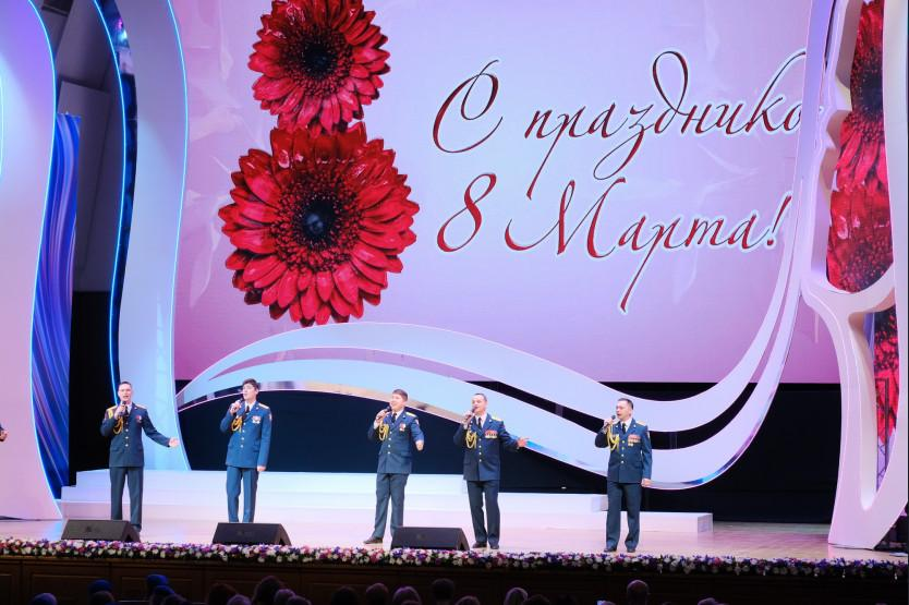 фото Первые лица региона поздравили жительниц Новосибирской области с 8 Марта 2