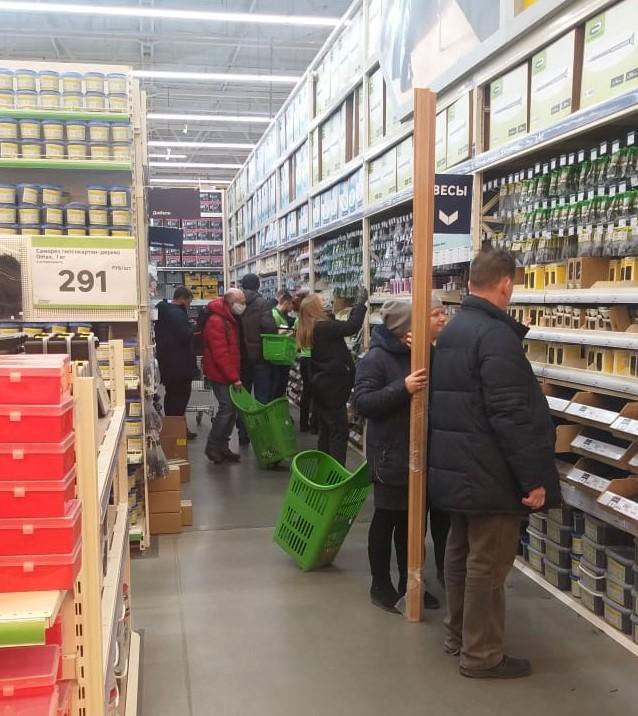 фото Ажиотаж в ТЦ Новосибирска: какие магазины работают, несмотря на запрет властей 3