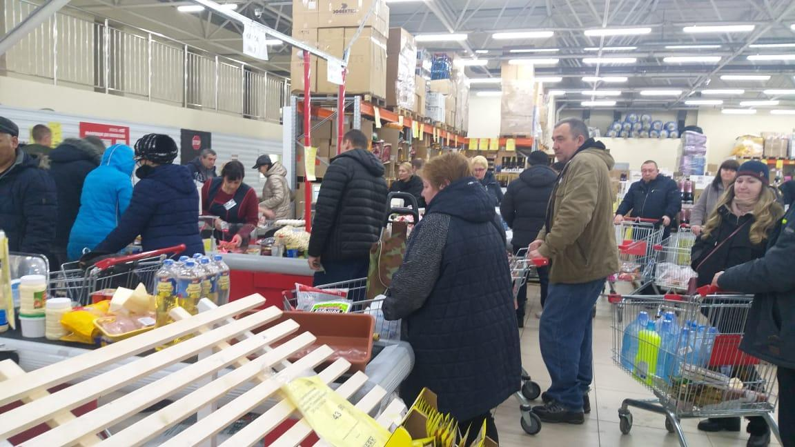 фото Ажиотаж в ТЦ Новосибирска: какие магазины работают, несмотря на запрет властей 5