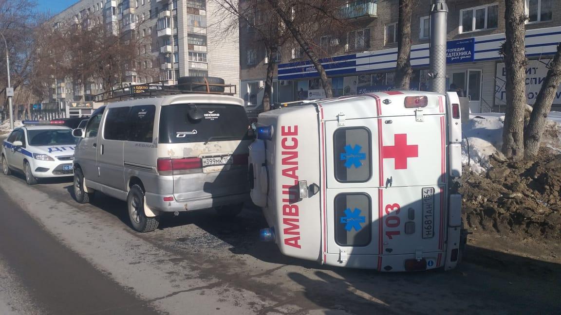 Фото Скорая помощь врезалась в сугроб и перевернулась в Новосибирске 2