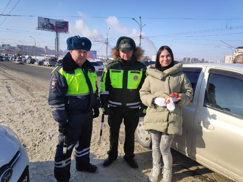 Фото В Новосибирске женщинам-водителям вручают цветы на дорогах 2
