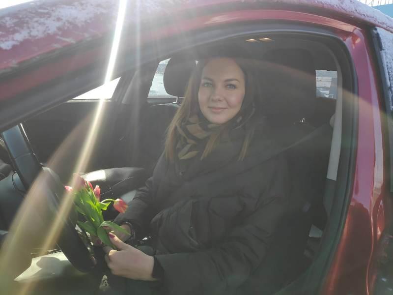 Фото В Новосибирске женщинам-водителям вручают цветы на дорогах 3