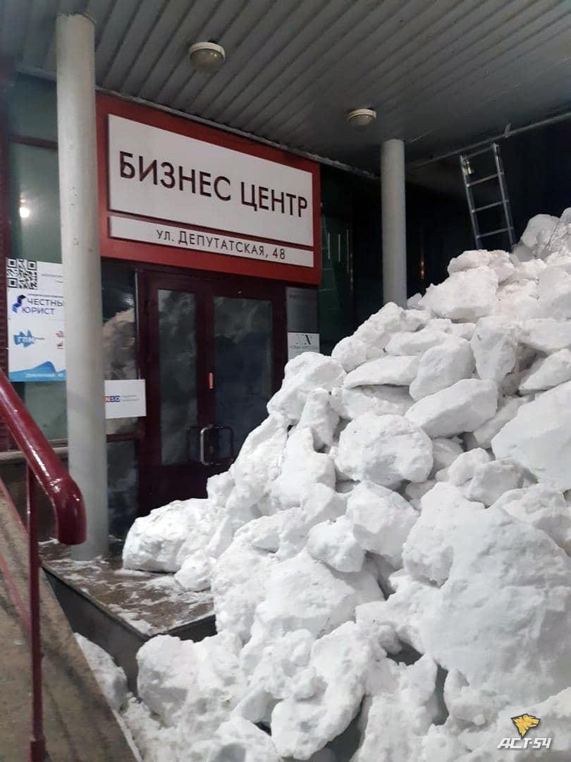 Фото Глыбы снега преградили дорогу на работу сотрудницам бизнес-центра в Новосибирске 2