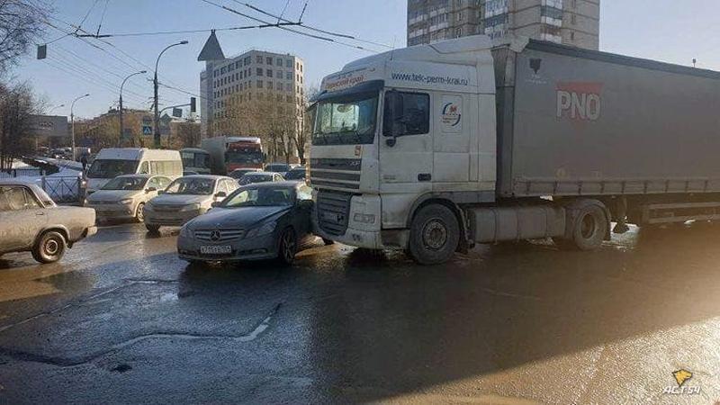 Фото Три фуры притёрли легковушки и заблокировали движение на площади Труда в Новосибирске 2