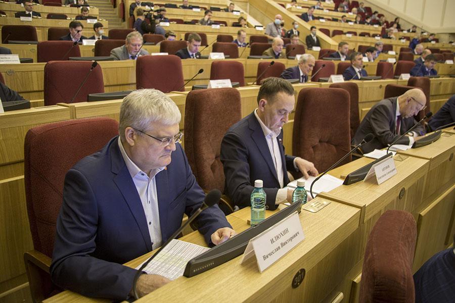 Фото Проголосовали за поправки в областной бюджет: новосибирские депутаты решили направить деньги семьям с детьми 3