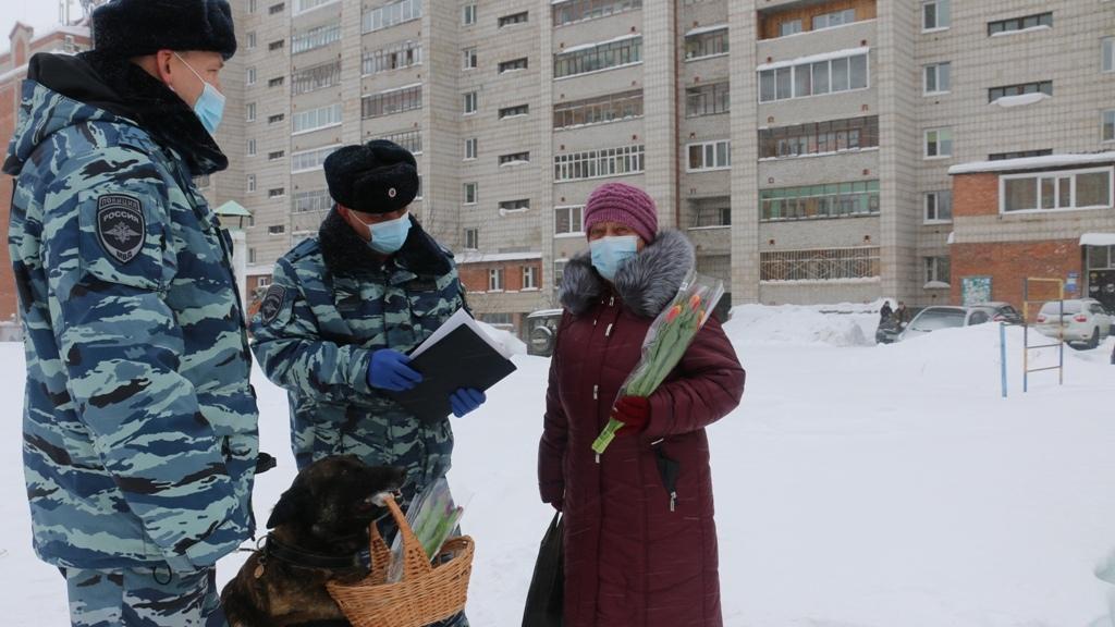 Фото Полицейский пёс Фугас цветами поздравил томичек с наступающим 8 Марта 2