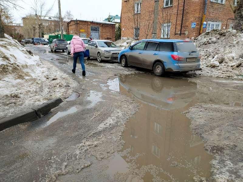 фото Какая отвратительная лужа: дворы и улицы Новосибирска утонули в талой каше 9