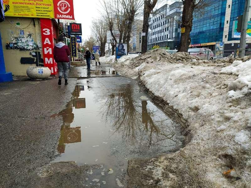 фото Какая отвратительная лужа: дворы и улицы Новосибирска утонули в талой каше 3