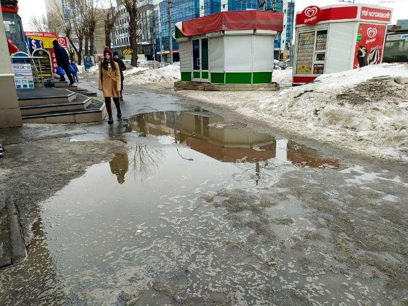 фото Какая отвратительная лужа: дворы и улицы Новосибирска утонули в талой каше 2