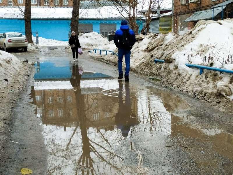 фото Какая отвратительная лужа: дворы и улицы Новосибирска утонули в талой каше 12