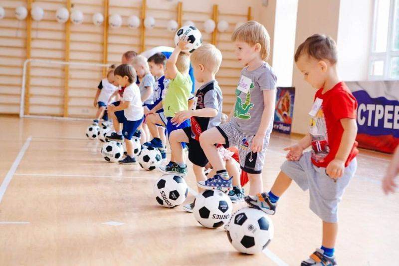 фото Спорт, репетиторы и мелкие подработки: сибиряки поделились способами занять детей во время каникул 2