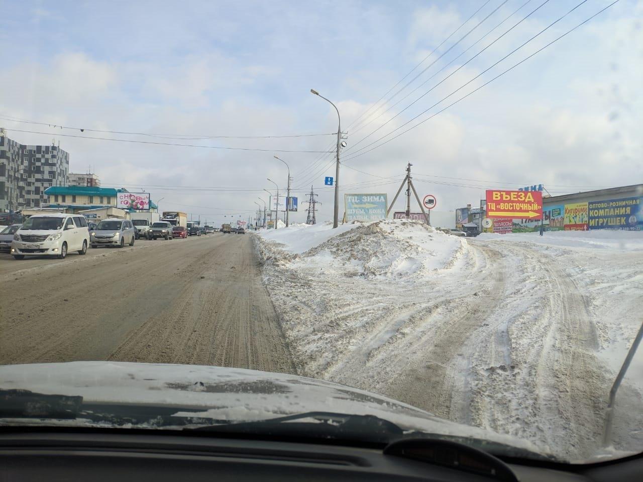 фото «Ждут, когда растает сам»: снег не вывозят с Гусинобродского шоссе всю зиму – горожанка рассказала о борьбе с сугробами 2