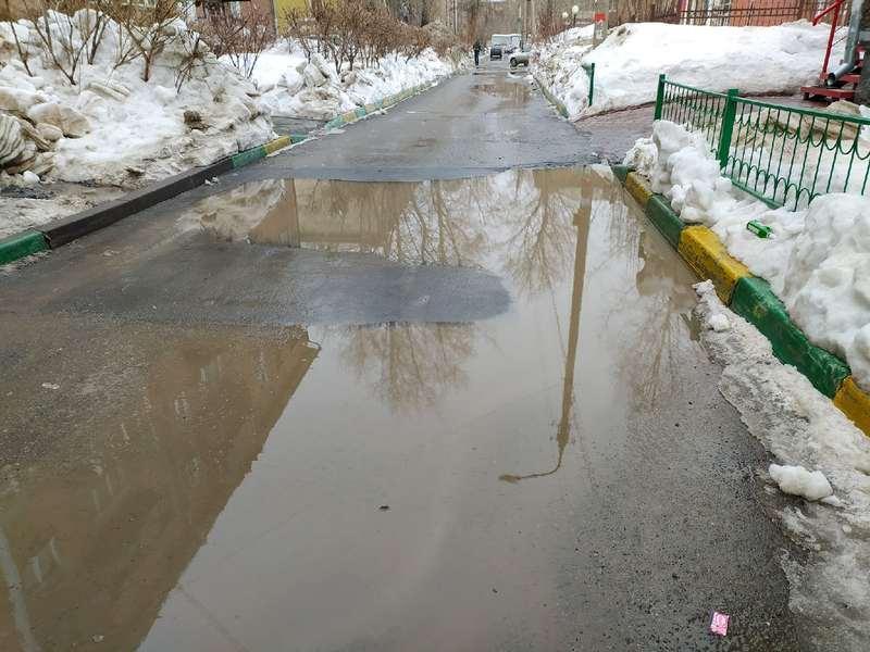 фото Какая отвратительная лужа: дворы и улицы Новосибирска утонули в талой каше 10