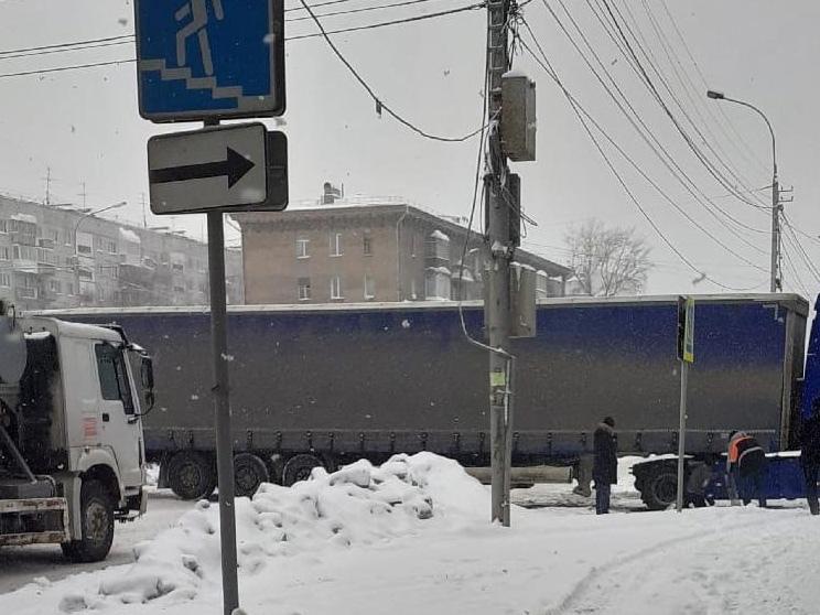 фото В Новосибирске фура полностью перекрыла движение по Большевичке 3